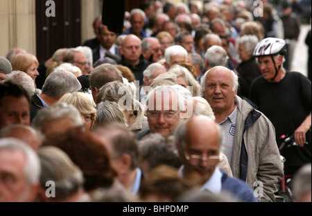 NORTHERN ROCK BUILDING SOCIETY QUEUES - Stock Photo