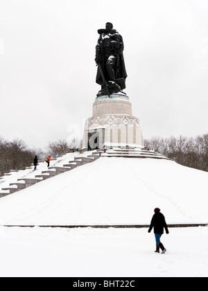 Soviet War memorial in Treptower Park Berlin in the snow in winter 2010 - Stock Photo