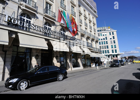 Four Seasons Hotel des Bergues with a black limousine in front - Stock Photo