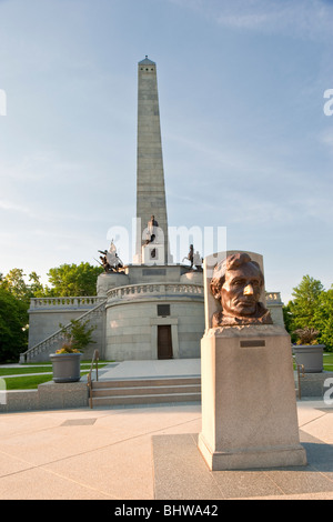 Lincoln's Tomb in Springfield, Illinois with Borglum statue Stock Photo