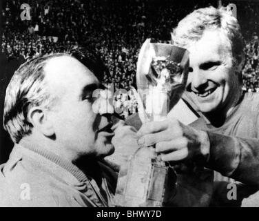 Football World Cup Final 1966 England 4 West Germany 2 at Wembley London England captain Bobby Moore (R) and team - Stock Photo