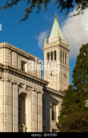 Sather Tower ('The Campanile') rising up behind Wheeler Hall on the UC Berkeley campus. - Stock Photo