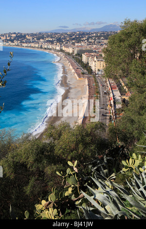 Beach at the Quai des Etats-Unis, with the Nice opera house, seen from the castle hill, in the back the Promenade - Stock Photo