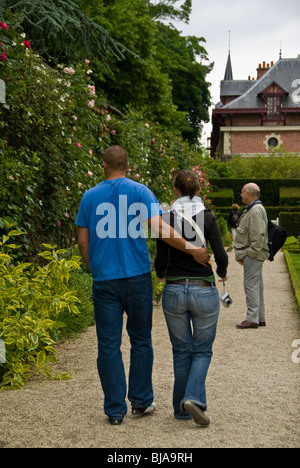 Paris, France, Public Parks, People Visiting Bagatelle Rose Garden in Boulogne Park, couple walking - Stock Photo