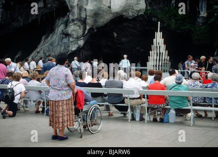 Procession Lourdes (Lorda in Occitaan), Sanctuaire Notre-Dame de Lourdes, Hautes-Pyrénées,France. Pelgrims visiting - Stock Photo