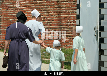 Two women and two girls dressed in Amish traditional clothing, Topeka, United States of America - Stock Photo