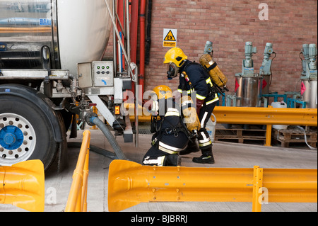 Firefighters in Breathing Apparatus look for leak to stem from leaking chemical tanker - Stock Photo