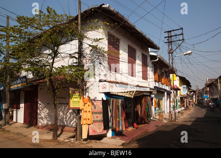 India, Kerala, Kochi, Mattancherry, Jewtown, tourist shops in road disfigured by electrical wires - Stock Photo