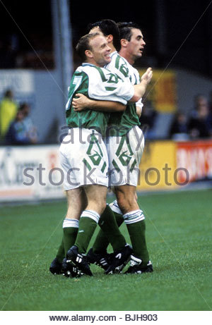 03/10/92 PARTICK THISTLE V HIBS (2-2) FIRHILL - GLASGOW Hibs' Mickey Weir (left) celebrates his goal with teammates - Stock Photo