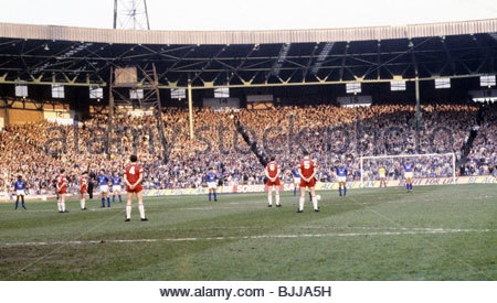 18/04/89 SCOTTISH CUP SEMI-FINAL REPLAY ST JOHNSTONE v RANGERS (0-4) CELTIC PARK - GLASGOW Players and supporters - Stock Photo