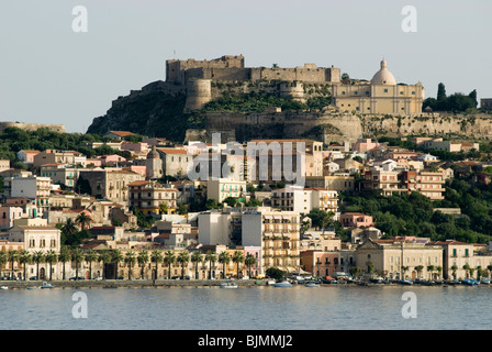 Italien, Sizilien, Blick auf Milazzo vom Meer | Italy, Sicily, Milazzo, view on town from the sea - Stock Photo