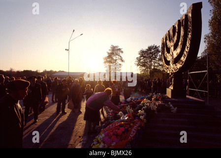 Laying flowers at the Menorah monument at Babi Yar on the 50th anniversary of the Nazi massacre of 33,771 Jews in - Stock Photo