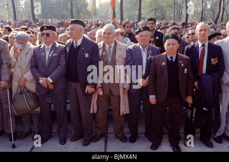 Jewish former Soviet Soldiers during the 50th anniversary of the Nazi massacre of 33,771 Jews in 1941 at Babi Yar - Stock Photo
