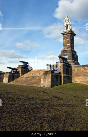Collingwoods monument  at Tynemouth. The four cannon flanking the steps at its base are from his flagship the Royal - Stock Photo