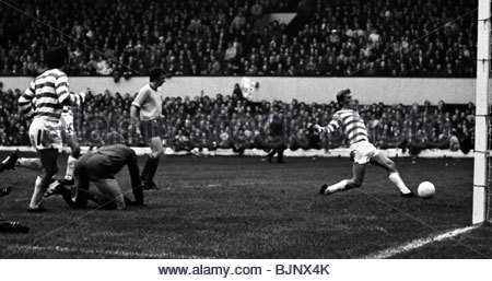23/10/71 LEAGUE CUP FINAL CELTIC V PARTICK THISTLE (1-4) HAMPDEN - GLASGOW Kenny Dalglish scores for Celtic. - Stock Photo