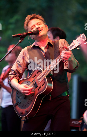 Bart Peeters & band live during the 'Slimmer dan de zanger' tour in Flanders - Stock Photo