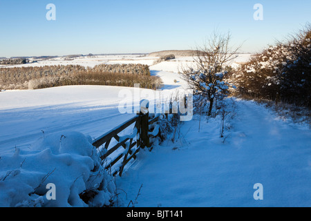 Winter on the Cotswolds - the footpath from Broadwater Bottom near Farmington to Cold Aston covered in snow, Gloucestershire - Stock Photo