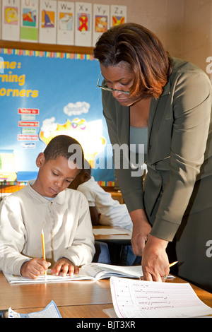 Detroit, Michigan - First grade teacher Ivy Bailey helps a student at MacDowell Elementary School. - Stock Photo