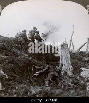 Advance across 'No Man's Land' to assault the German lines, World War I, 1914-1918. - Stock Photo