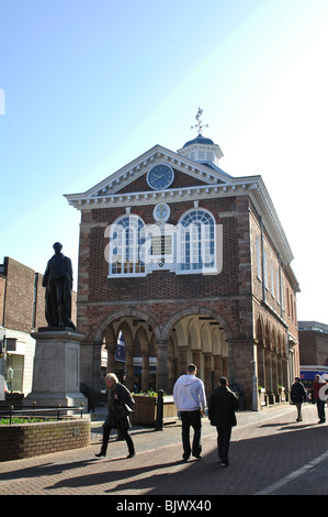 The Town Hall and Sir Robert Peel statue, Tamworth, Staffordshire, England, UK - Stock Photo