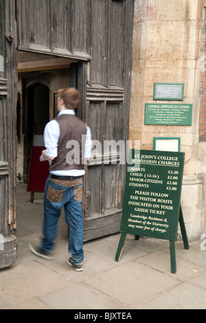 A student enters St Johns College at the main entrance, Cambridge University, Cambridge, UK - Stock Photo