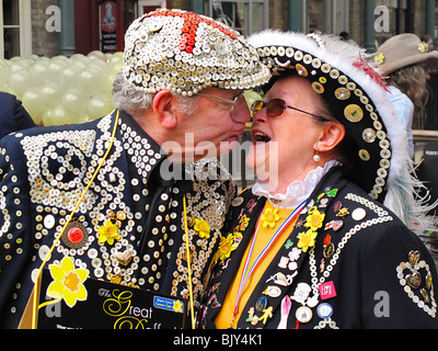 Pearly pucker king queen kings queens kissing London cockney - Stock Photo