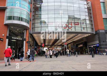 Busy shoppers in Market Street in the centre/center of Manchester`s busy shopping precinct. - Stock Photo