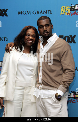 KANYE WEST & MOTHER BILLBOARD MUSIC AWARDS 05 MGM GRAND ARENA LAS VEGAS USA 06 December 2005 - Stock Photo