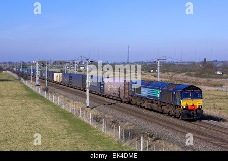 DRS 66425 slows down on the approach to its destinination with 4M34 04:26 Coatbridge - Daventry (DIRFT) on 02/03/10 - Stock Photo