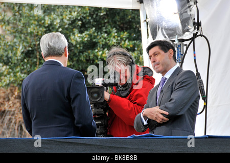 BBC presenter Jon Sopel interviewing Home Secretary Alan Johnson on podium outside Parliament - Stock Photo