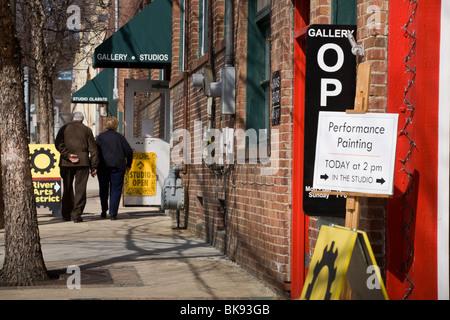 Couple visiting art studios in River Arts District, Asheville, North Carolina - Stock Photo