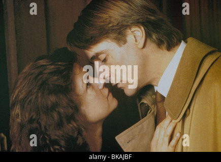 DEAD RINGERS (1988) GENEVIEVE BUJOLD, JEREMY IRONS DDR 023 - Stock Photo