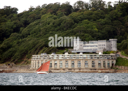 Classic yacht sails past Fort Picklecombe, now luxury apartments, Plymouth Classic Boat Rally 2009 - Stock Photo