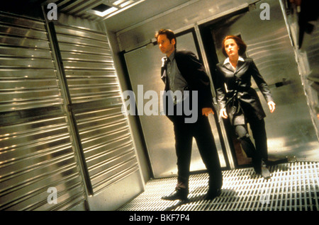 X-FILES: THE MOVIE (1998) DAVID DUCHOVNY, GILLIAN ANDERSON XFM 037 - Stock Photo