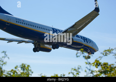 A Ryanair Boeing 737 coming in to land - Stock Photo