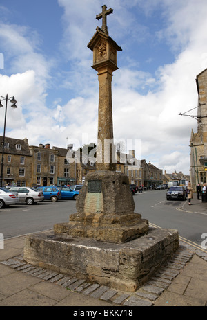 the medieval town cross in market square stow on the wold gloucestershire uk - Stock Photo