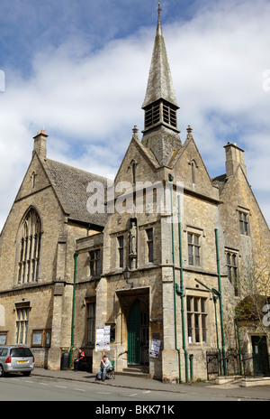 st edwards hall built in 1878 houses the library and a venue for local activities market square stow on the wold - Stock Photo