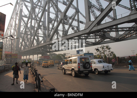 Traffic on the Howrah Bridge, Kolkata, West Bengal, India - Stock Photo