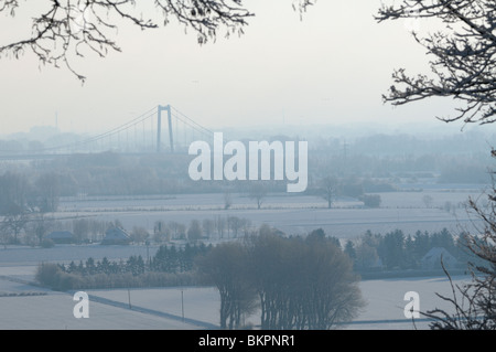 Hangbrug van Emmerich over de Rijn in een besneeuwd landschap, dit is de hangbrug die het dichtst bij Nederland - Stock Photo