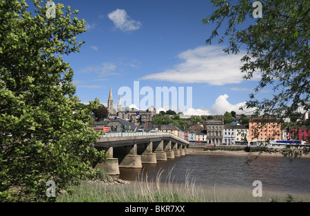 A view across the River Barrow at the New Ross Bridge and towards the northern end of New Ross, Co Wexford, Ireland. - Stock Photo