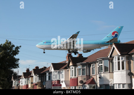 A Korean Air Boeing 747-400 landing at Heathrow Airport, London, UK. View from Myrtle Avenue, Hounslow. (HL7465) - Stock Photo