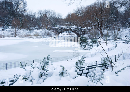 An early morning view of the Gapstow Bridge after a snowfall in Central Park, Manhattan, New York City, New York - Stock Photo