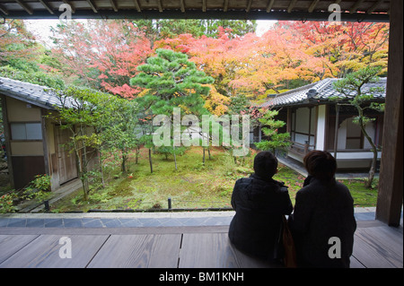 A couple contemplating the autumn colours, Koto in Zen temple dating from 1601, within Daitokuji main temple, Kyoto, - Stock Photo
