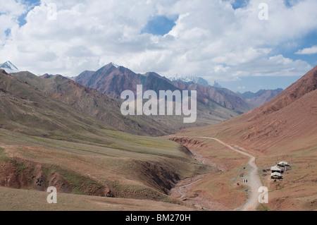 Border road between Tajikistan and Kyrgyzstan in the mountains, near Sary Tash, Kyrgyzstan, Central Asia - Stock Photo