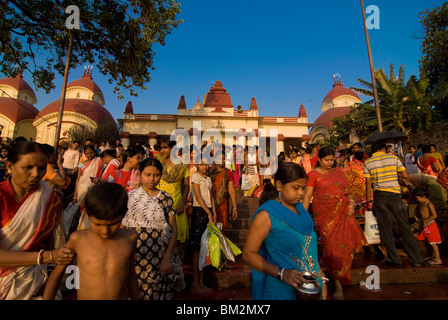 Crowds of people in front of Kali Temple, Kolkata, West Bengal, India - Stock Photo