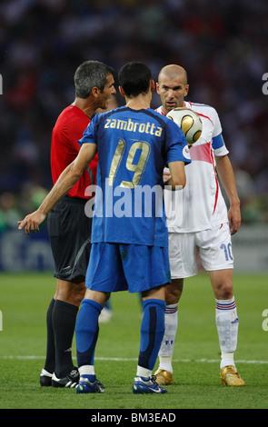 Referee Horacio Elizondo (l) prepares a drop ball between Gianluca Zambrotta and Zinedine Zidane during the 2006 - Stock Photo