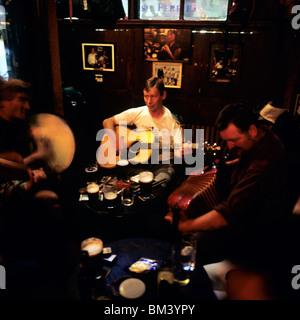 LIVE TRADITIONAL IRISH MUSIC IN O'DONOGHUE'S BAR DUBLIN IRELAND EUROPE - Stock Photo