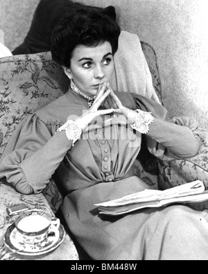 JEAN SIMMONS - UK film actress (1929-2010) resting between takes for Footsteps In the Fog in 1955 - Stock Photo