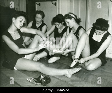 JEAN SIMMONS - UK film actress (left) ) at the Aida Foster Dance School in 1943 - Stock Photo