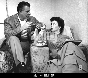 JEAN SIMMONS - UK film actress with Stewart Granger on set of  Footsteps In The Fog at Shepperton Studios, 1955 - Stock Photo